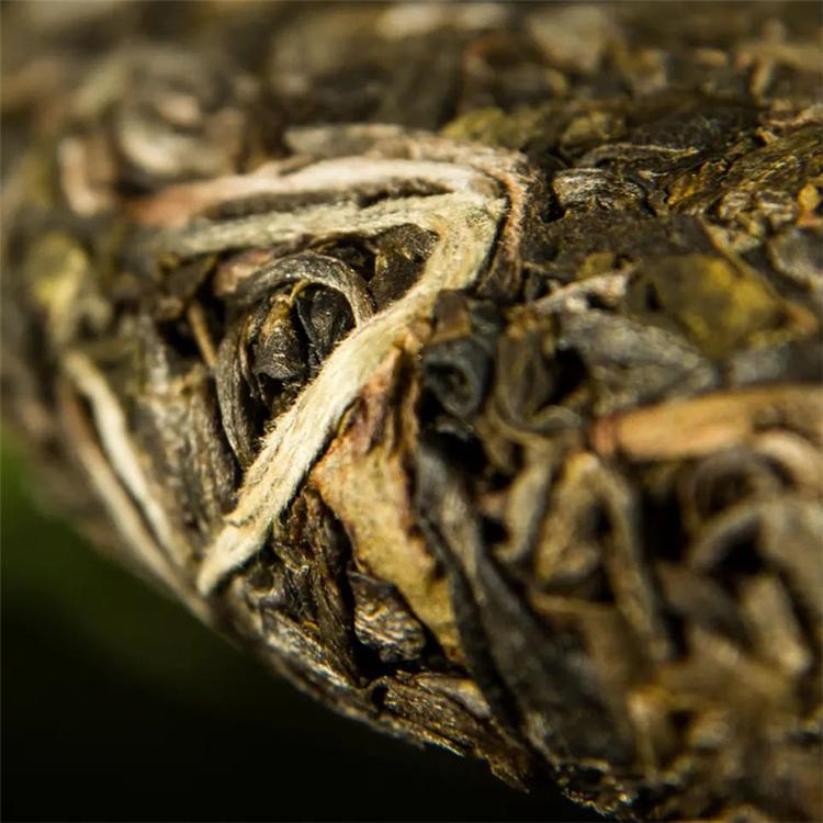 普洱茶饼包装有茶油、虫眼、掉边破纸是什么原因?